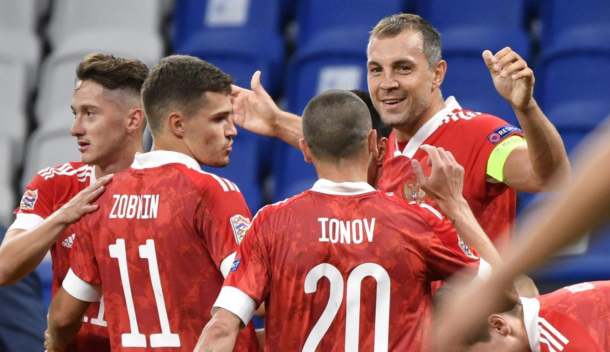 Pemain Rusia merayakan gol yang dicetak Artyom Dzyuba ke gawang Serbia pada laga Nations League di VTB Areba, Jumat (4/9/2020) dini hari WIB. Rusia menang 3-1 atas Serbia. (AFP/Alexander Nemenov)