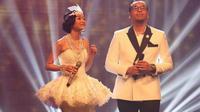 Rini Wulandari dan Sammy Simorangkir tampil Kompak dengan gaun pengantin dan tuksedo klasik
