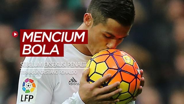 Berita video para bintang sepak bola dunia yang tertangkap kamera mencium bola sebelum melakukan eksekusi penalti, termasuk Cristiano Ronaldo dan Mohamed Salah.