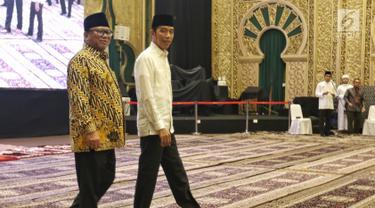 Presiden Joko Widodo didampingi Ketua DPD Oesman Sapta Odang menghadiri undangan buka puasa bersama di Jakarta, Rabu (14/5/2019). Acara buka puasa tersebut dihadiri sejumlah tokoh-tokoh dan petinggi partai politik. (Liputan6.com/Johan Tallo)