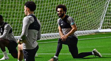 Pemain Liverpool Mohamed Salah (kanan) dan Curtis Jones berlatih jelang menghadapi Monterrey pada babak semifinal Piala Dunia Antarklub di Qatar University Stadium, Doha, Senin (16/12/2019). Liverpool akan menghadapi Monterrey pada 18 Desember 2019. (Giuseppe CACACE/AFP)