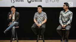 Chandra Wijaya Managing Director Onic Esports (kiri) memberikan keterangan saat hadir dalam perscone Onic Esports di Jakarta, Selasa (6/7/2019). Onic Esports mengumumkan kerjasama sinergis dengan investor dan sponsor. (Liputan6.com/Faizal Fanani)