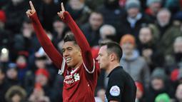 Penyerang Liverpool, Roberto Firmino melakukan selebrasi usai mencetak gol ke gawang West Ham United pada lanjutan Liga Inggris di Anfield, Inggris (24/2). Liverpool menang telak atas West Ham 4-1. (AP Photo / Rui Vieira)