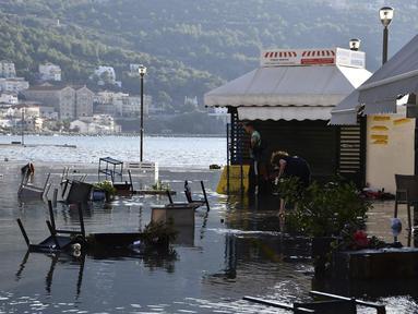 Air laut menutupi banjir satu persegi setelah gempa bumi di pelabuhan Vathi di pulau Aegean timur Samos, Yunani (30/10/2020). Gempa bumi kuat melanda Laut Aegea antara pantai Turki dan pulau Samos di Yunani. (AP Photo / Michael Svarnias)