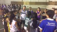 Pelatih Sahabat Semarang, Xaverius Wiwid, memberikan instruksi kepada pemainnya, beberapa waktu lalu. (Istimewa)