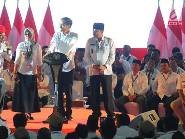 Presiden Joko Widodo berbincang saat menghadiri Silaturahmi Nasional Pemerintahan Desa se-Indonesia di Jakarta, Rabu (10/4). Presiden  Jokowi mengatakan akan terus menaikkan jumlah dana desa serta memudahkan sistem laporan pertanggung jawabannya. (Liputan6.com/Angga Yuniar)