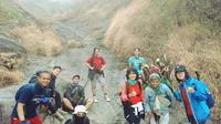 Kelompok Telat Gembira justru meminta foto bersama dengan seorang nenek di jalur pendakian gunung Sumbing sebagai bentuk hormat dan kekaguman mereka. (foto:Liputan6.com / edhi prayitno ige)