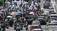 Kemacetan arus kendaraan akibat adanya demo buruh di depan Gedung DPR RI, Jakarta, Senin (9/11/2020). Dalam aksinya massa buruh menuntut dibatalkannya UU No.21 Tahun 2020 tentang Cipta Kerja melalui mekanisme legislatif review dan kenaikan upah minimum 2021. (merdeka.com/Iqbal S. Nugroho)