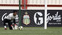 Kiper Bhayangkara FC, Awan Setho, menangkap bola saat latihan di Stadion PTIK, Jakarta, Minggu (2/12). Latihan ini persiapan jelang laga Liga 1 melawan PSM Makassar. (Bola.com/Yoppy Renato)