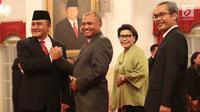 Kepala BNN Irjen Heru Winarko berpose menyalami sejumlah petinggi KPK usai resmi dilantik di Istana Negara, Jakarta, Kamis (1/3). Sebelum menjadi Kepala BNN, Heru menjabat sebagai Deputi Penindakan KPK sejak Oktober 2015. (Liputan6.com/Angga Yuniar)