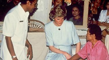 Putri Diana saat mengunjungi rumah sakit yang merawat pasien penderita kusta