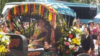 Istri Gibran Rakabuming Raka, Selvi Ananda memangku anaknya Jan Ethes Srinarendra saat di atas kereta kencana pada prosesi kirab pernikahan Kahiyang Ayu-Bobby Nasution di Kota Medan, Sumatera Utara, Minggu (26/11). (Liputan6.com/Aditya Eka Prawira)