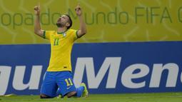 Brasil langsung unggul 1-0 di menit ke-14 lewat Everton Ribeiro. Ia berhasil memanfaatkan umpan tarik Neymar yang berhasil mencuri bola dari penguasaan bek Peru, Anderson Santamaria. (Foto: AP/Andre Penner)