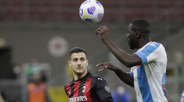Bek Napoli, Kalidou Koulibaly bersaing memperebutkan bola dengan bek AC Milan, Diogo Dalot dalam duel lanjutan Liga Italia musim 2020/21 di San Siro, Senin dinihari WIB (15/3/2021). AC Milan menyerah dengan skor tipis 0-1 ketika menjamu Napoli. (AP Photo/Luca Bruno)