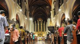 Ribuan jemaat merayakan malam Misa Natal di Gereja Katedral, Jakarta, Sabtu (24/12). Gereja yang hanya menampung 5.500 orang berlansung lancar dan tertib. (Liputan6.com/Helmi Afandi)