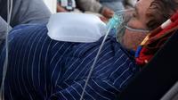 Seorang pasien yang menderita gejala COVID-19 mendapatkan perawatan di koridor rumah sakit karena kurangnya tempat tidur unit perawatan intensif (ICU) di Villa Elisa, Paraguay, Sabtu (1/5/2021). Paraguay telah melaporkan 279 ribu kasus infeksi virus corona dan 6.385 kematian. (DANIEL DUARTE/AFP)