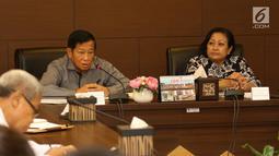 Anggota Wantimpres Agum Gumelar (kiri) bersama Ketua Wantimpres Sri Adiningsih memberi sambutan saat menerima kunjungan petinggi EMTEK Group di Jakarta, Jumat (18/5). Pertemuan ini silaturahmi dan pengenalan program SCM. (Liputan6.com/Angga Yuniar)
