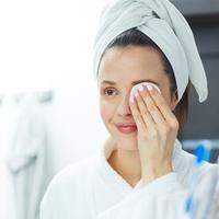 Ilustrasi membersihkan makeup (Foto: iStockphoto)