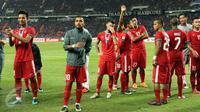 Pemain Timnas Indonesia menyapa suporter usai dikalahkan Thailand di final kedua Piala AFF 2016 di National Stadium Rajamangala, Bangkok, Sabtu (17/12). Indonesia kalah 2-0 dan harus puas menjadi runner up. (Liputan6.com/Helmi Fithriansyah)