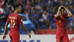 Bek Timnas Indonesia, Fachruddin Aryanto, tampak kecewa usai dikalahkan Thailand pada laga Piala AFF 2018 di Stadion Rajamangala, Bangkok, Sabtu (17/11). Thailand menang 4-2 dari Indonesia. (Bola.com/M. Iqbal Ichsan)