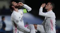 Kapten Real Madrid Sergio Ramos dan rekannya Lucas Vazquez merayakan gol ke gawang Atalanta pada leg kedua babak 16 besar Liga Champions di Alfredo di Stefano, Rabu (17/3/2021) dini hari WIB. (AP Photo/Bernat Armangue)