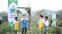 Gubernur Jabar Ridwan Kamil saat meresmikan Kick-Off Program Petani Milenial. Peresmian itu ditandai dengan penyematan apron kepada perwakilan petani milenial di Desa Suntenjaya, Kabupaten Bandung Barat, Jumat (26/3/2021). (Foto: Pipin/Humas Jabar).