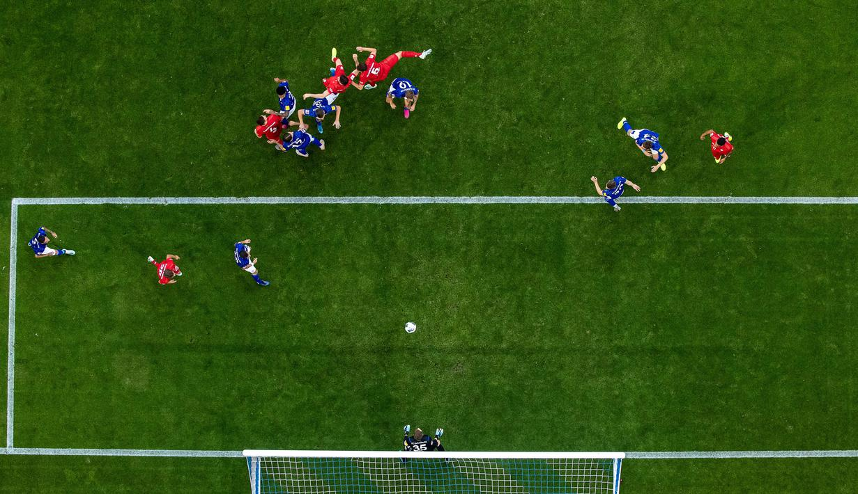 Goalkeeper Alexander Nübel of Schalke saves a header during the Bundesliga match between FC Schalke 04 and FC Bayern München at Veltins-Arena on August 24, 2019 in Gelsenkirchen, Germany. (Photo by Lars Baron/Bundesliga/Bundesliga Collection via Getty Images)