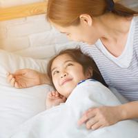 Membangunkan anak dari tidur./Copyright shutterstock.com