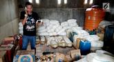 Seorang pria memeriksa barang bukti minuman keras Cap Tikus di Polres Gorontalo, Kamis, (24/1). Polres Gorontalo berhasil menggagalkan penyelundupan 1,5 ton Cap Tikus. (Liputan6.com/Arfandi Ibrahim)