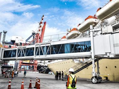 Kapal KM Dorolonda yang membawa penumpang tujuan Bitung-Tanjung Priok saat tiba di Pelabuhan Tanjung Priok, Jakarta, Selasa (22/12/2020). Para penumpang kapal diwajibkan menunjukkan surat keterangan hasil rapid test yang sebelumnya dilakukan di kota asal. (merdeka.com/Iqbal S. Nugroho)
