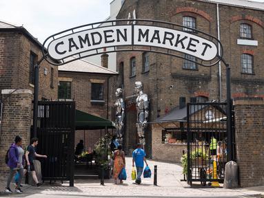 """Foto pada 2 Juni 2020 ini menunjukkan gerbang masuk Pasar Camden di London, Inggris. Perdana Menteri Inggris Johnson pada 28 Mei mengumumkan beberapa langkah pelonggaran kebijakan lockdown yang """"terbatas"""" dan """"hati-hati"""" di negaranya. (Xinhua/Ray Tang)"""