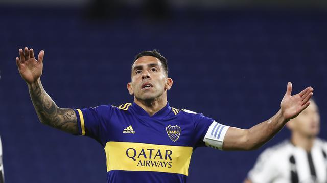 Penyerang Boca Juniors, Carlos Tevez, tampak kecewa usai ditahan imbang Libertad pada laga grup H Copa Libertadores di Estadio La Bombonera, Rabu (30/9/2020) dini hari WIB. Boca Juniors bermain imbang 0-0 atas Libertad. (Agustin Marcariana/Pool via AP)