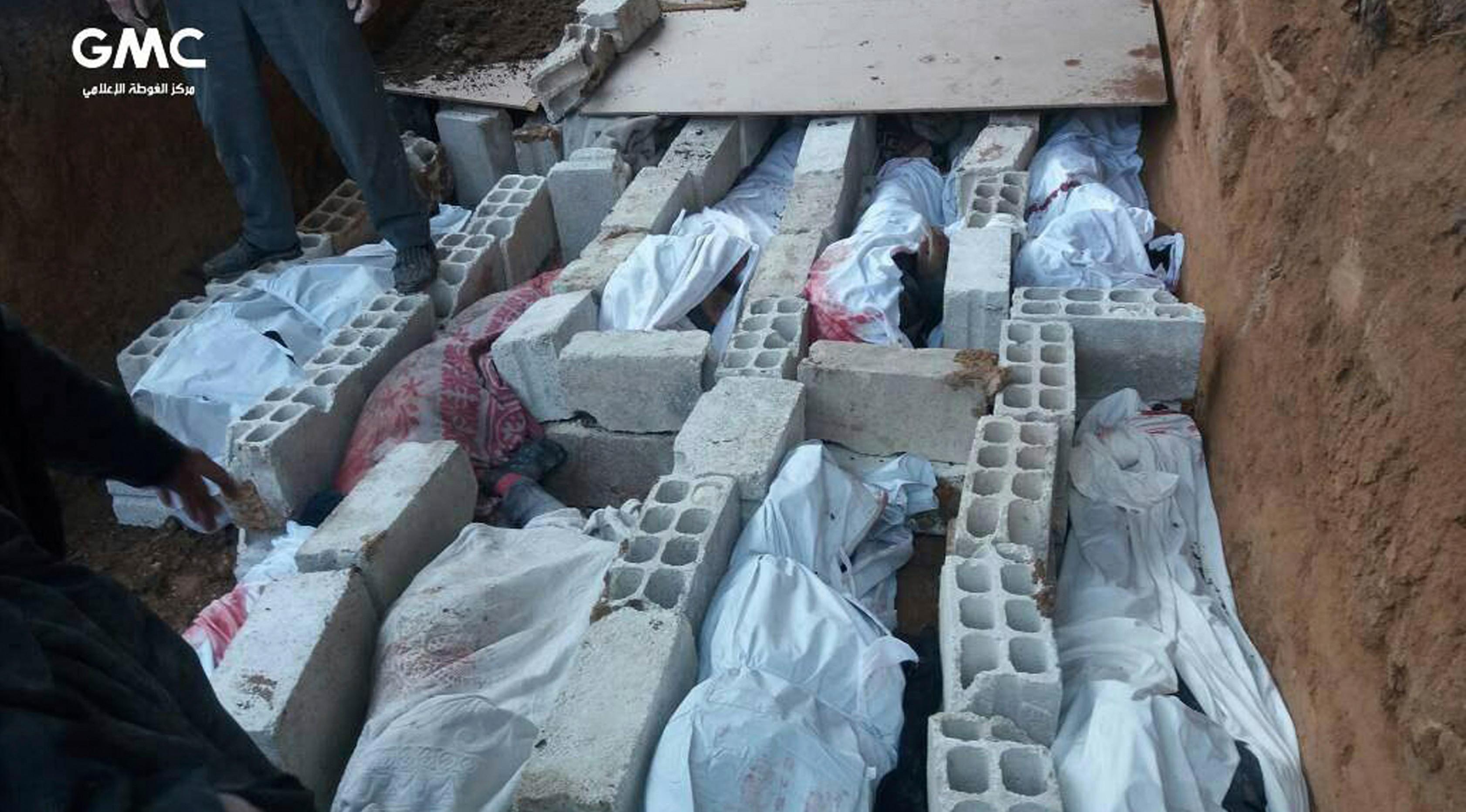 Penampakan jasad korban yang terbunuh saat serangan udara pemerintah Suriah di Ghouta, pinggiran kota Damaskus, Suriah, Rabu (21/2). (Ghouta Media Center via AP)