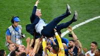 Pelatih timnas Prancis, Didier Deschamps, berhasil membawa timnya meraih trofi Piala Dunia 2018, setelah meraih kemenangan 4-2 atas Kroasia dalam laga final di Luzhniki Stadium, Minggu (15/7/2018). (AFP/Alexander Nemenov)