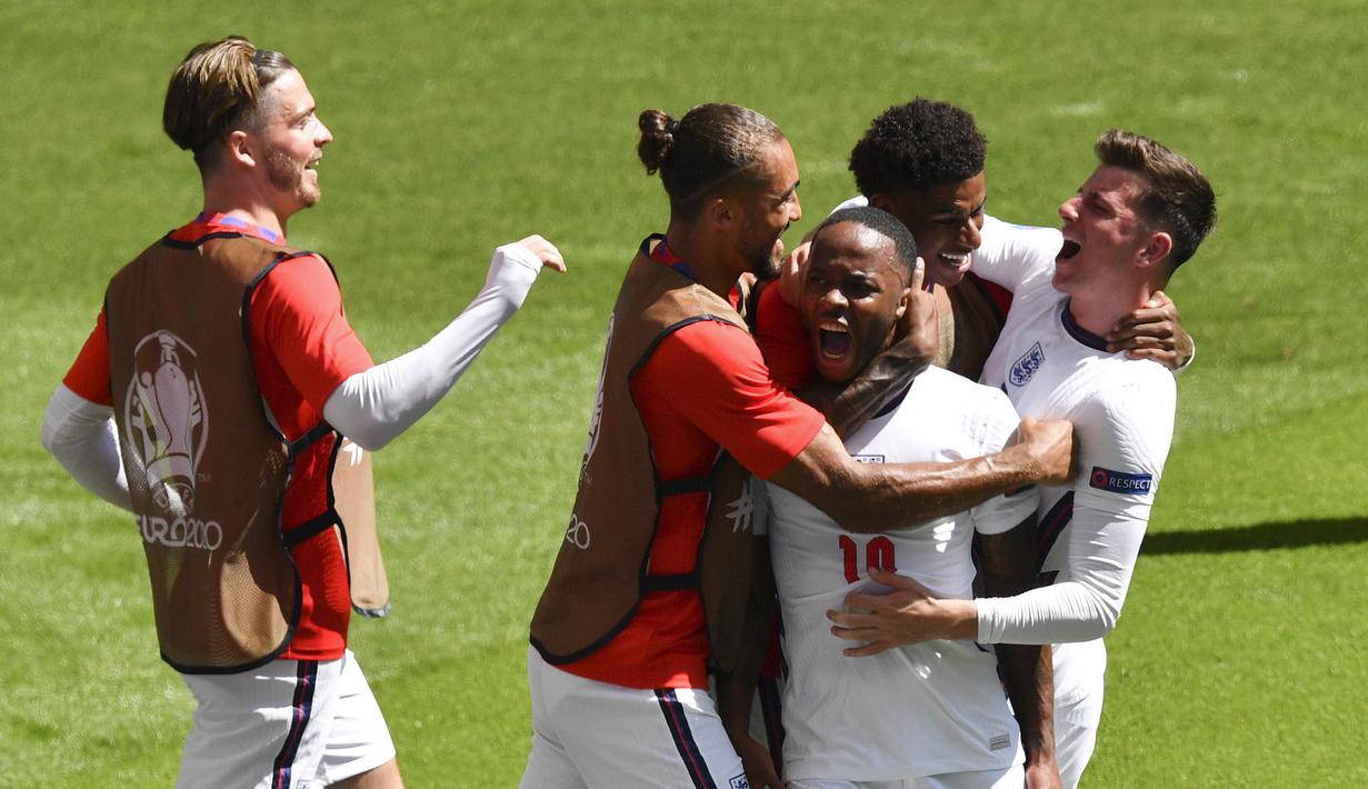 Penyerang Inggris, Raheem Sterling (tengah) diberi ucapan selamat oleh rekan setimnya setelah mencetak gol ke gawang Kroasia di menit ke-57pada pertandingan grup D Euro 2020 di stadion Wembley di London, Minggu (13/6/2021). Inggris menang tipis atas Kroasia dengan skor 1-0. (AP Photo/Justin Tallis,