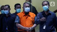 Direktur PT Adonara Propertindo, Tommy Adrian (kedua kanan) bersiap menjalani rilis penahanan di Gedung KPK, Jakarta, Senin (14/6/2021). Selain menahan Tommy Adrian, dalam kasus yang sama KPK juga telah menahan Yoory C Pinontoan dan Anja Runtuwene. (Liputan6.com/Helmi Fithriansyah)