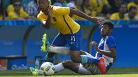 Bomber Timnas Brasil, Gabriel Jesus (depan), berusaha melewati adangan pemian Honduras, Marcelo Pereira, pada laga cabang sepak bola Olimpiade Rio 2016, di Stadion Maracana (17/8/2016). Gabriel menjadi tulang punggung Brasil pada Kualifikasi Piala Dunia 2