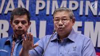 Ketua Umum Partai Demokrat Susilo Bambang Yudhoyono (tengah) menyampaikan keterangan di DPP Demokrat, Jakarta, Senin (30/10). Keterangan tersebut terkait revisi UU Ormas yang akan diajukan Partai Demokrat. (Liputan6.com/Faizal Fanani)