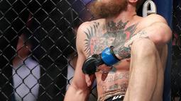 Conor McGregor setelah dikalahkan Khabib Nurmago dalam pertarungan UFC 229 di Las Vegas, AS (6/10). Nurmagomedov menang atas McGregor di ronde keempat. (AP Photo/John Locher)