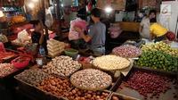 Aktivitas pedagang di pasar tradisional Senen, Jakarta Pusat, Rabu (24/5). Menghadapi bulan puasa, Menteri Perdagangan Enggartiasto Lukita memastikan bahwa harga bahan pokok di pasaran terpantau stabil. (Liputan6.com/Angga Yuniar)