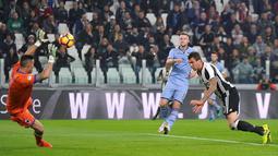 Striker Juventus, Mario Mandzukic, saat mencetak gol pertama ke gawang Sampdoria dalam pertandingan pekan ke-10 Serie A di Juventus Stadium, Rabu (26/10/2016) waktu setempat. (Reuters/Giorgio Perottino)