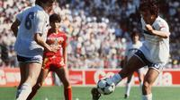 Legenda tim nasional Prancis, Michel Platini (kanan) tampil gemilang sepanjang pagelaran Piala Eropa 1980 di Prancis. (UEFA)