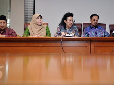 (ki-ka) Anggota DPD Saeli Karim , Eni khaerani  bersama Wakil Ketua DPD RI GKR Hemas, Ketua Komite III DPD Hardi Selamat Hood, dan Wakil Ketua Komite III Fahira Idris saat jumpa pers di Jakarta, (23/5). (Liputan6.com/Johan Tallo)