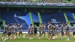 Para pemain Atletico Madrid berlatih di Stadion Jose Alvalade, Lisbon, Portugal, Rabu (12/8/2020). Atletico Madrid akan menghadapi Leipzig pada perempat final Liga Champions. (Lluis Gene/Pool via AP)