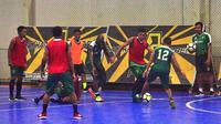 Persebaya latihan di Lapangan Futsal Bhaskara, Surabaya, Rabu (28/11/2018). (Bola.com/Aditya Wany)