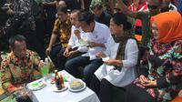 Presiden Jokowi dan Iriana memakan bakso di Cikarang, Bekasi. (Merdeka.com/ Titin Supriatin)