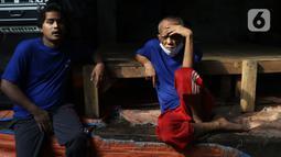 Pasien ODGJ menunggu mengikuti vaksinasi COVID-19 di Bekasi, Jawa Barat, Rabu (4/8/2021). Sebanyak 70 pasien ODGJ mengikuti kegiatan vaksinasi merdeka guna mencegah penyebaran wabah COVID-19. (Liputan6.com/Herman Zakharia)
