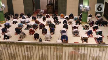 Jemaah melaksanakan salat tarawih pertama Ramadan 1441 Hijriah di Masjid Jami Al Ma'wa, Karang Tengah, Tangerang, Banten, Kamis (23/42020). Warga melaksanakan salat tarawih berjemaah dengan menerapkan physical distancing untuk mencegah penyebaran virus corona COVID-19. (Liputan6.com/Angga Yuniar)