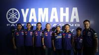 Presiden Direktur dan CEO PT YIM, Minoru Morimoto (kelima dari kanan) bersama pembalap Yamaha Racing Indonesia (Liputan6.com/Defri Saefullah)