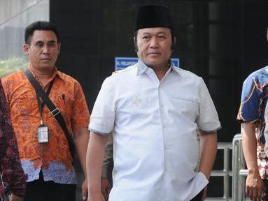 Bupati Lampung Selatan Zainudin Hasan tiba di gedung KPK, Jakarta, Jumat (27/7). Zainudin Hasan akan menjalani pemeriksaan 1x24 jam diduga menerima suap terkait proyek infrastruktur dan Tim KPK mengamankan uang Rp 700 juta. (Merdeka.com/Dwi Narwoko)